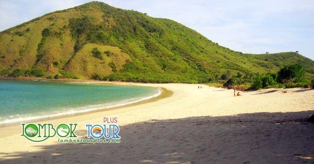 Pantai Mawun Membuat Pulau Lombok Makin Istimewa