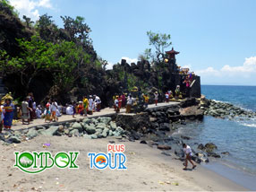 Menikmati Keindahan Dari Uniknya Pura Batu Bolong Lombok