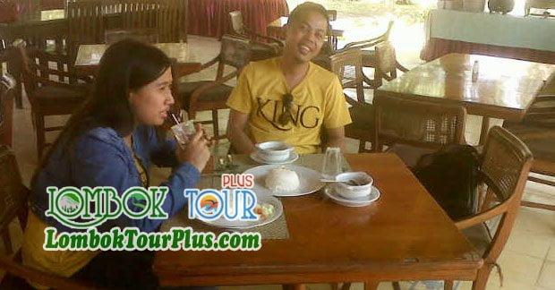 Bapak Arief Menikmati Makan Siang
