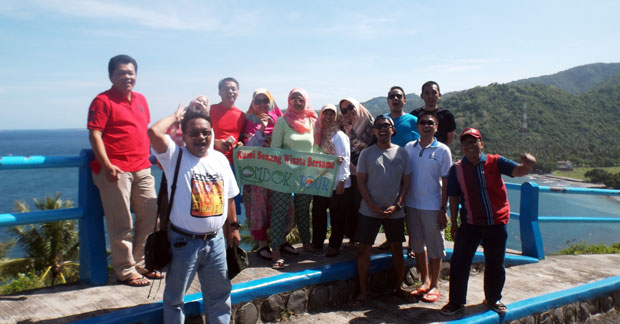 Foto Wisata Ibu Dyta Bersama Rekan di Bukit Malimbu