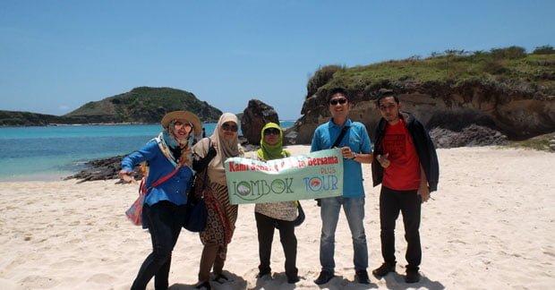 Foto Wisata Ibu Dyta Bersama Rekan di Pantai Tanjung Aan