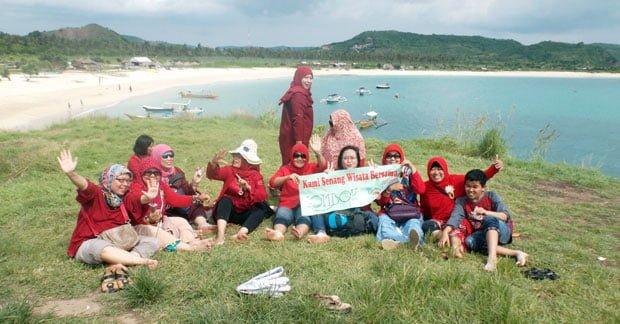 keseruan wisata ibu nina dan sahabat di tanjung aan lombok