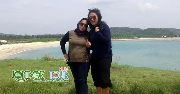 Foto Ibu Erna Wisata di Pantai Tanjung Aan Lombok