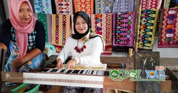Belajar membuat kain tenun khas Lombok di Desa Sukarara