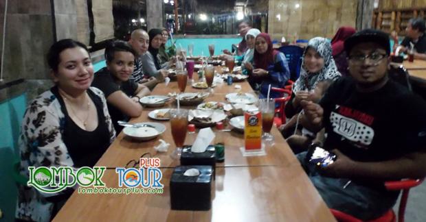 Bapak Mohd Amin dan Keluarga Menikmati makan malam khas Kuliner Lombok