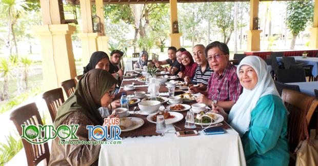Bapak Mohd Amin dan Keluarga Menikmati makan siang khas Kuliner Lombok