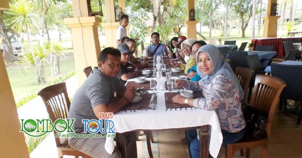 Menikmati makan siang kuliner khas Lombok