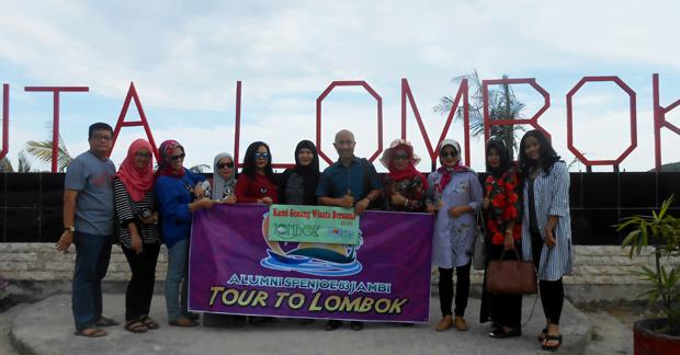 Wisata Ibu Nadya dan sahabat di pantai kuta lombok