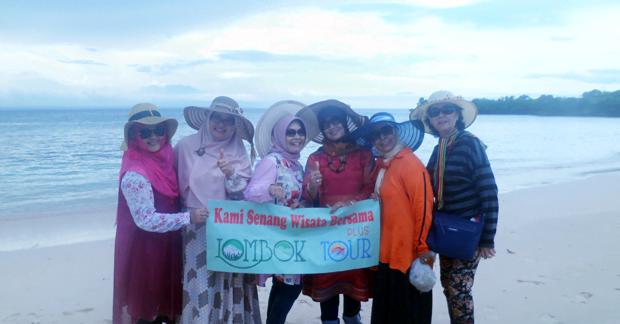 wisata pantai pink Lombok Ibu Fitri dan Sahabat