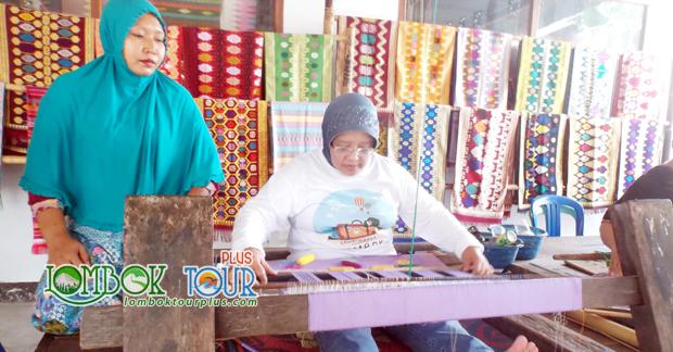 Aktifitas Belajar Menenun di Desa Sukarara Lombok