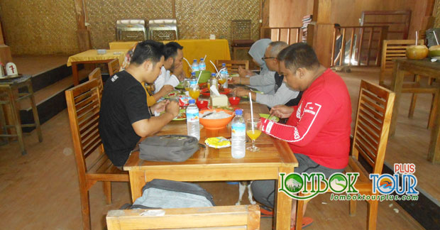 Ibu Dian dan Sahabat Menikmati makanan khas Lombok