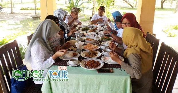 Menikmati Makan Siang di Lombok