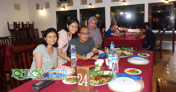 Menikmati makan malam khas Lombok