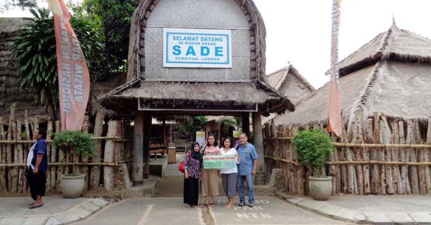 http://lomboktourplus.com/wp-content/uploads/2017/04/Wisata-Ibu-Anin-dan-Keluarga-Mengunjungi-Desa-Sade-Lombok.png