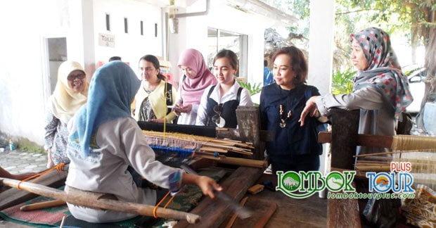 Melihat lebih dekat pembuatan kain tenun khas Lombok