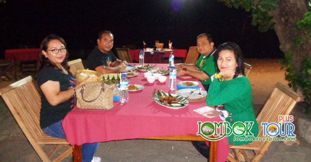 Menikmati makan malam khas Lombok di pinggir pantai