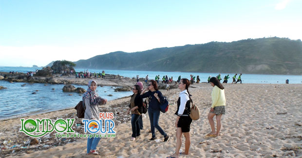 Menikmati sensasi uniknya pasir pantai kuta Lombok