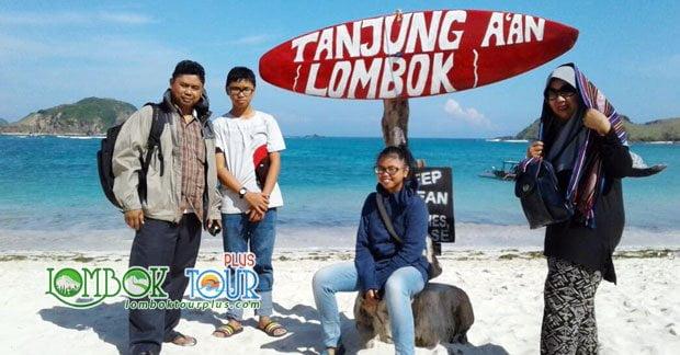 Wisata Bapak Basuqei dan Keluarga di Pantai Tanjung Aan Lombok